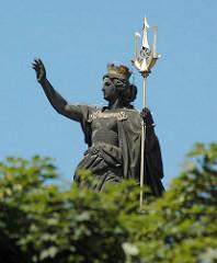 Bilder aus Hamburg St. Georg - Skulptur Hansa, Hansabrunnen am Hansaplatz, goldener Dreizack.
