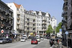 Geschäfte und Wohnblocks im Eppendorfer Baum - Strassenverkehr.