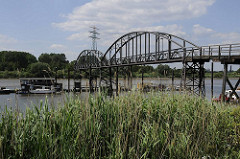 ehemalige Wassertreppe 51- Schiffe am Ponton des Holzhafens.