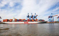 Containerschiff im Hafen Hamburgs - Containerterminal Altenwerder; Containerfrachter  OOCL WASHINGTON unter den Containerbrücken.