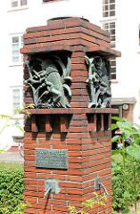 Denkmal Daniel Bartels - Innenhof, Brunnen / Der Grillenscheucher - Bilder aus Hamburg Barmbek Süd.