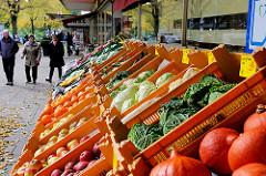 Gemüsegeschäft mit Auslage an der Strasse - Passanten; Fotos aus Hamburg Dulsberg.
