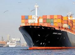 Bug des 32m breiten Containerschiffs TORONTO EXPRESS beim Anlegen am Container Terminal Burchardkai an der Hamburger Norderelbe. Im Hintergrund liegt ein Passagierschiff am Altonaer Kreuzfahrtterminal.