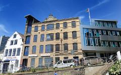 Denkmalschutz in der Altonaer Altstadt - historische Gebäude am Elbufer - moderner Neubau.