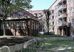 Backsteinarchitektur Barmbek Nord - Innenhof bei der Fuhlsbüttler Strasse, Fahrradständer.