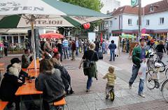 Leben in Hamburg Ottensent - Passanten auf dem Spritzenplatz.