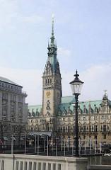 Blick von der Reesendammbrücke über die Kleine Alster zum Rathausgebäude Hamburgs.