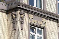 Architekturdetail eines Jugenstil-Etagenhauses - gelber Klinker - Jugendstilornamentik und Maskaron.