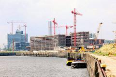 Versmannkai am Baakenhafen - Baustellen der HafenCity Universität und Elbphilharmonie.