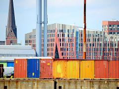 Container auf dem Terminal O'Swaldkai - Gebäude der Hafencity Hamburgs im Hintergrund - Kirchturm der St. Petrikirche.