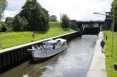 Ein Schiff liegt in der Schleusenkammer der Krapphof-Schleuse - die Schleusung ist auf Selbstbedienung umgestellt - es gibt keinen Schleusenwärter vor Ort.