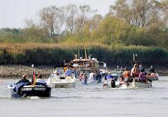 Sportboote auf der Doveelbe nach Verlassen der Schleuse in Hamburg Tatenberg.
