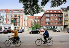 """Wohnhaus in Hamburg Winterhude - Hamburger Burg; Wohnhausbauform mit einem dreiseitig umschlossenen, zur Strasse geöffneten Hof. Eine Hälfte der """"Hamburger Burg"""" Baustil Historismus, die ander Hälfte in den 1960er Jahren erbaut -  FahrradfahrerInnen"""