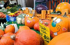 Fuhlsbütteler Wochenmarkt Zierkürbisse Herbstdekoration / Ratsmuehlendamm. Kürbisse mit aufgemalten Gesichtern.