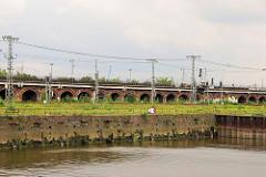 Blick über den Oberhafenkanal zu den aus Ziegel gemauerten Pfeilern der Bahnstrecke in der Hamburger Hafencity.