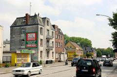 Abrisshäuser an der von-Sauer-Strasse in Hamburg Bahrenfeld - Strassenverkehr, fahrende Autos.