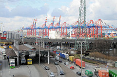 Hauptzollamt Waltershof - Lastwagen mit Containern / PKW; im Hintergrund Containerbrücken des EUROGATE Containerterminals.