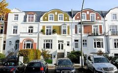 Historismus - Architekturstile in Hamburg; Stadtvilla im Stadtteil Harvestehude; parkende Autos.