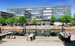 Uferpromenade am Mittelkanal im Hamburger Stadteil Hammerbrook - Mittagspause  in der City Süd. Verwaltungsgebäude der Deutschen Bahn / DB.