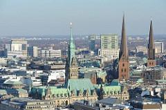 Türme der Hansestadt Hamburg - Gebäude des Hambuger Rathauses - Türme zwei der vier Hauptkirchen Hamburgs - ST. Petri + St. Jacobi.