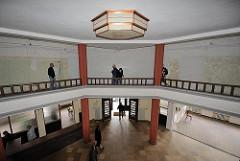 Foyer und Galerie - Kontorhaus ehem. Binnenschiffreederei Brandshofer Deich. Expressionistische Deckenleuchte.