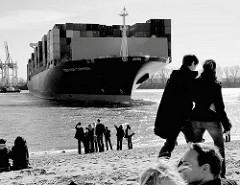 Das Containerschiff CMA CGM CARMEN läuft in den Hamburger Hafen ein - das Frachtschiff wendet auf der Elbe; Zuschauer am Elbstrand bei der Strandperle in Hamburg Othmarschen.