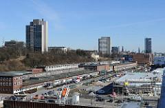 Hamburg Panorama von der Altonaer Elbstrasse - im Vordergrund die Baustelle des Kreuzfahrtterminals Altona.