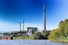 Bilder aus dem Hamburger Stadtteil Veddel - Industriegebiet der Peute - Schornsteine der AURUBIS, Kupferproduzent am Ufer des Müggenburger Kanals.