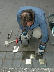 Stolpersteinverlegung in Hamburg Winterhude - Der Künstler Gunter Demnig verlegt Stolpersteine in der Gertigstrasse.