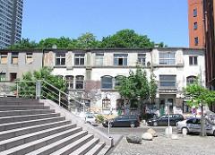 "Blick zum historischen Gebäude sogen. ""Hafenklang""; erbaut 1860 - Geschichte Hamburg Altonas, Fotografien aus den Hamburger Stadtteilen."