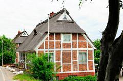 Fachwerkhäuser am Deichrand - Wohnhäuser in Hamburg Curslack, Bezirk Bergedorf.