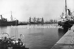 Blick vom Burchardkai in den Waltershofer Hafen - in der Mitte des Hafenbeckens werden Getreide-Frachter über schwimmende Getreideheber entladen. Im Hintergrund die Kaianlagen vom Predöhlkai.