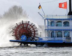 Schaufelraddampfer auf der Elbe - Hafenrundfahrt im Hamburger Hafen - Hamburg Flagge auf dem Dach des Schiffs.