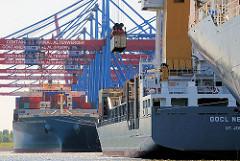 Schiffe am Kai des Hamburger Containerterminals Altenwerder - Containerschiffe im Hamburger Hafen.