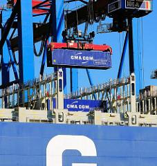 Ein Container der Reederei CMA CGM wird von der CMA CGM Christophe Colomb gelöscht.