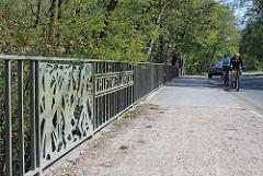 Brückengeländer Schriftzug Triftwegsbruecke - Brücke über die Alster.