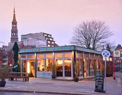 Zum Cafe umbebautes Zollgebäude an der Booksbrücke, Zollkanal in der Hamburger Speicherstat - im Hintergrund der Kirchturm der St. Katharinenkirche.