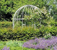 Stadtpark Harburg im Stadtteil Wilstorf - Rosenpavillon mit blühenden Rosen, Lavendel.