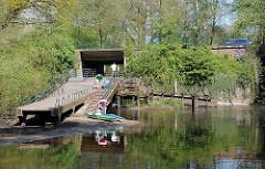 Fotos Stadtteil Duvenstedt - Schleuse Kanu Umtransport auf der Alster.