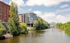Bürogebäude am Ufer des Hochwasserbassins in Hamburg Hammerbrook - re. sind für die zukünftigen Liegeplätze der Hausboote / Floating Homes Stahlrohre, Dalben eingelassen. Die teuersten Hausboote der Stadt sollen ca. 580 000 EUR kosten.