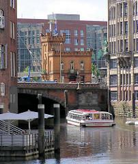 Fleetfahrt auf dem Hamburger Nikolaifleet - Fahrgastschiff bei der HOHEN BRÜCKE - Bilder aus der Hamburger Alststadt.