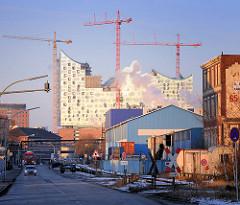 Hamburger Hafengebiet - Bilder aus dem Hamburger Stadtteil Steinwerder; Lagergebäude und Baustelle der Elbphilharmonie auf der anderen Seite der Norderelbe.
