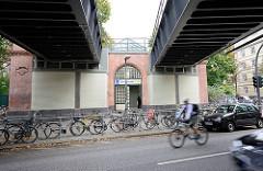 Bahnbrücke über die Sierichstrasse - Bahnhof; angeschlossene Fahrräder-