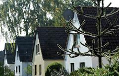 Baugleiche Einzelhäuser mit Satteldächern an der Schenefelder Landstrasse.