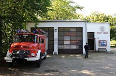 Feuerwehrauto vor der Freiwilligen Feuerwehr Hamburg Sülldorf Iserbrook.