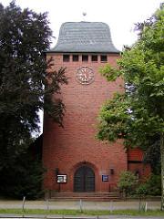 Kirchturm und Eingang der St. Lukaskirche - Lukasgemeinde in Hamburg Fuhlsbüttel.