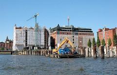 Restaurierung und Umbau des Kaispeichers B am Magedeburger Hafen zum Maritimen Museum (2006) - rechts Eisenpfeiler auf dem ein Kühlhaus stand.