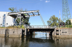 historische Klappbrücke - Holzhafen Brücke steht unter Denkmalschutz.