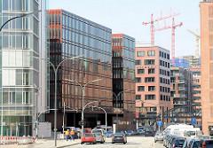 Moderne Bürogebäude in der Strasse Sandtorkai im Hamburger Stadtteil Hafencity - im Hintergrund die Bausstelle der zukünftigen Albphilharmonie (03/2010)