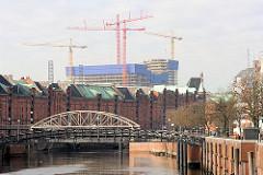 Blick über dem Zollkanal, der ehem. Zollgrenze des Hamburger Freihafens zum Stadtgebiet; in der Bildmitte die Jungfernbrücke und die Kippelstegbrücke; im Hintergrund die Baustelle am ehem. Kaispeicher A. ( 03/2010)